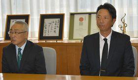 今シーズンの結果を報告する(左から)永森茂社長と伊藤智仁監督=高岡市役所で