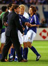 2002年6月、サッカーW杯日韓大会でロシア戦に勝ち、トルシエ監督(中央手前)と喜ぶ松田直樹選手(右端)=横浜国際総合競技場