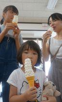 背の高いソフトクリームを食べる家族連れ(亀岡市馬路町・朝日堂)
