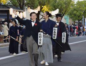 「さが維新まつり」で偉人に仮装し、ちょうちんを手に練り歩く参加者=20日夕、佐賀市