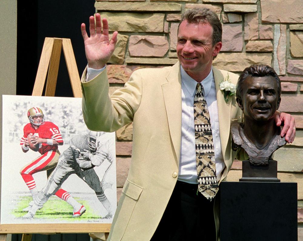 殿堂入り式典で、ファンに手を振るジョー・モンタナ氏(ロイター=共同)
