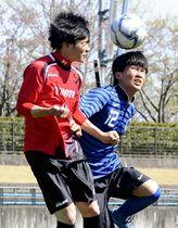 【湯本―白河】相手選手と激しく競り合う白河のFW円谷(右)=20日、いわきグリーンフィールド