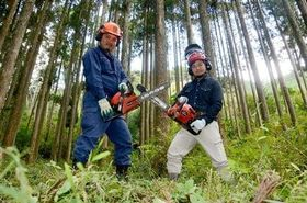 龍門林研会長の東隆敏さん(右)とメンバー最年少の頼本優さん=菊池市