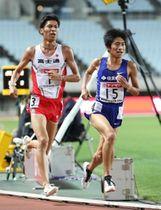 男子1万メートル決勝 競り合う住友電工・田村和希(15)と富士通・坂東悠汰(1)