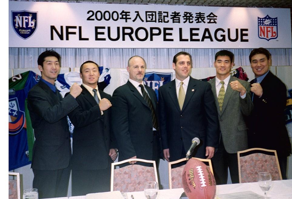 NFLヨーロッパの実技テストに合格し記者会見に臨む板井征人さん(右から2人目)=1999年12月6日、東京都内のホテル