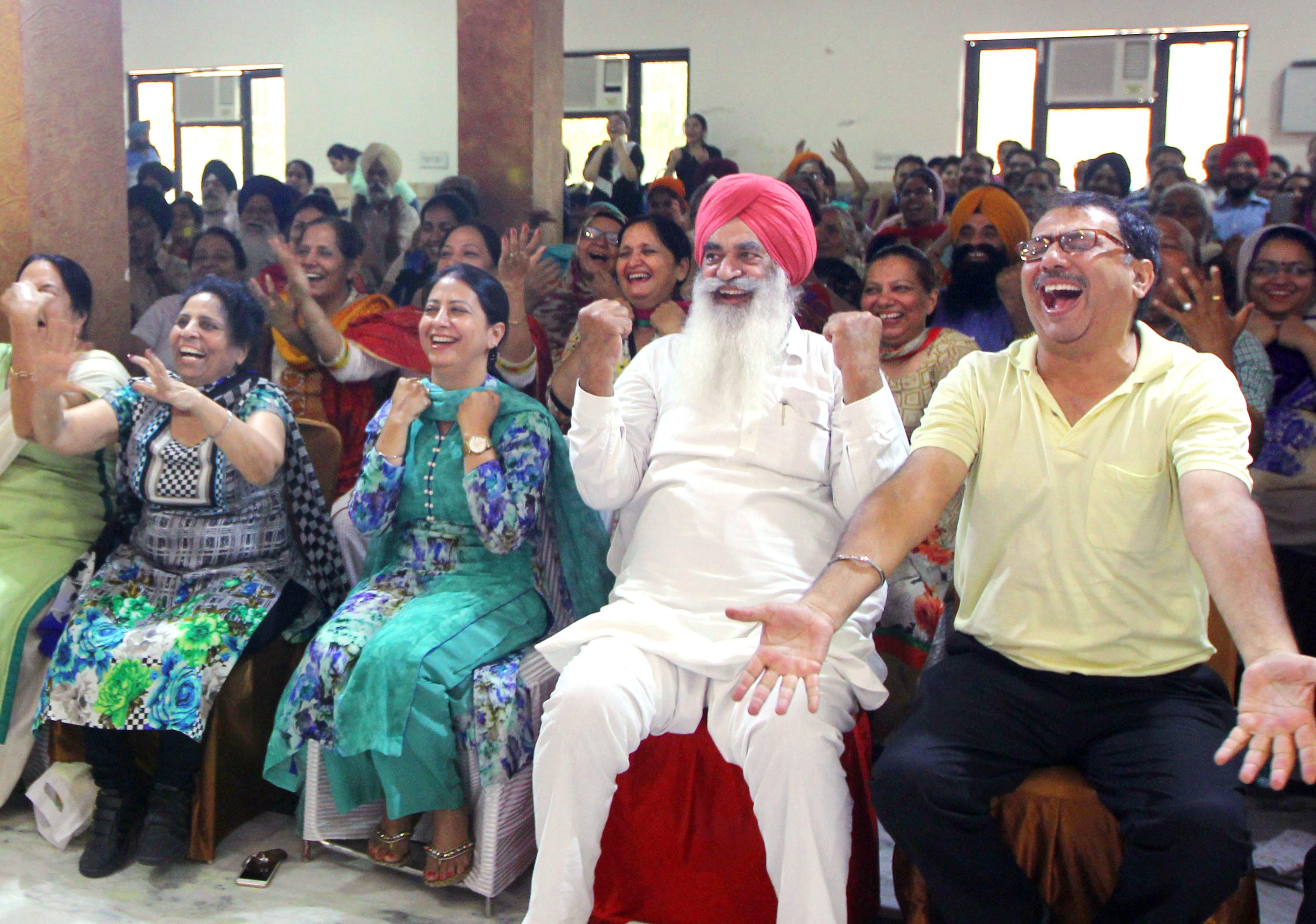 インド北部パンジャブ州ルディアナの寺院で行われた「笑いヨガ」。気難しい大人が少なくないインドだが、シーク教徒の男性らが相好を崩した(撮影プリヤム・ダール、共同)
