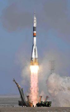 金井宣茂さんらを乗せ、バイコヌール宇宙基地から打ち上げられるソユーズロケット=17日、カザフスタン(共同)