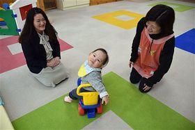 本年度からショートステイを始めた弘前乳児院。岡田副院長(左)は「気軽に利用してほしい」と話す