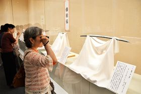 五ケ伝をテーマに展示された日本刀=川越市郭町の市立博物館特別展示室