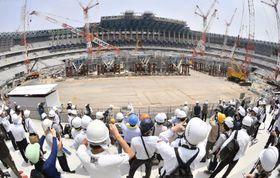 報道陣に公開された、2020年東京五輪・パラリンピックのメインスタジアムとなる新国立競技場の建設現場=18日、東京都新宿区(魚眼レンズ使用)