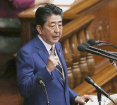 第201通常国会が召集され、衆院本会議で施政方針演説をする安倍首相=20日午後