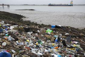 英南東部ケント州のテムズ川河口に漂着したプラスチックごみ=2日(ゲッティ=共同)