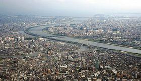 豪雨による水害が想定される荒川(中央)の下流域。左は合流する中川=東京都葛飾区上空で、本社ヘリ「あさづる」から