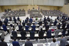 選択的夫婦別姓制度の導入を巡る住民の請願などを可決した東京都議会の定例会本会議=19日午後