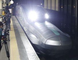 10号車を先頭にJR盛岡駅に入線する、次世代新幹線開発に向けた試験車両「ALFA―X」=16日未明