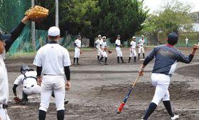 18年ぶりの東海大会に向けて練習に励む加藤学園の選手ら=沼津市内で