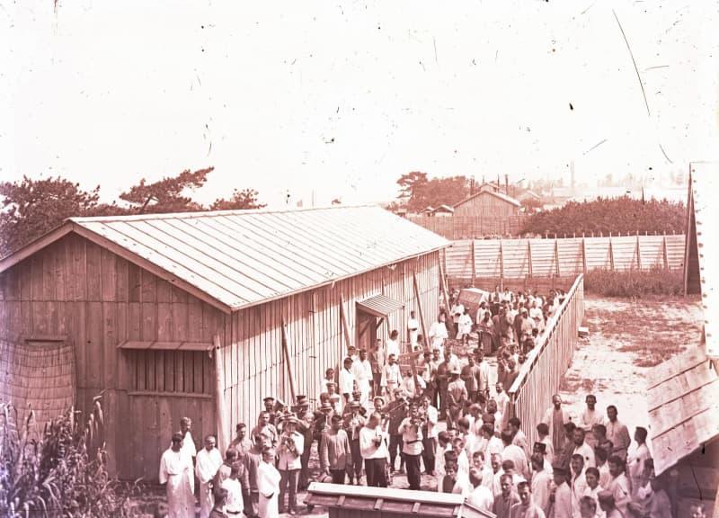 大阪の浜寺俘虜収容所で開かれたとみられるロシア人捕虜の葬儀。奥にひつぎ、手前に楽器を演奏する捕虜の姿が見える(イワノボ国立歴史郷土博物館提供、共同)