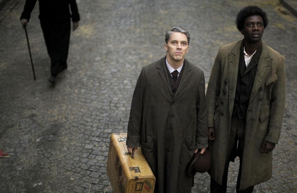 フランス映画「ショコラ~君がいて、僕がいる」の一場面。チャップリンの孫ジェームス・ティエレ(左)は白人芸人役で出演した(ⓒ2016Gaumont/Mandarin Cinema/Korokoro/M6Films)