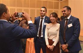 ドゥトラ選手(右端)やドウグラス選手(右から3人目)と写真撮影を楽しむ参加者=静岡市駿河区
