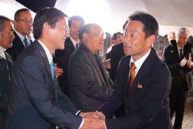 【当選を喜ぶ世古口氏(右)=明和町山大淀の選挙事務所で】