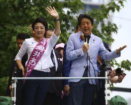 2019年7月、参院選で河井案里氏(左)の応援演説に駆け付けた安倍首相=広島市