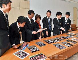箱根駅伝予選会を写真で振り返る上武大駅伝部の選手らと内山社長(左から3人目)