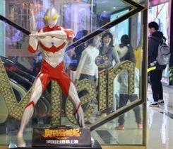 中国企業が公開したウルトラマンの映画の宣伝のため、映画館に置かれた人形=23日、上海(共同)