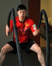 ロープを使ったトレーニングに汗を流すトヨタ紡織九州のLB八巻雄一=神埼市のトヨタ紡織九州クレインアリーナ