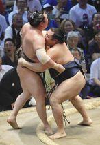鶴竜(右)が寄り切りで白鵬を破り、6度目の優勝を決める