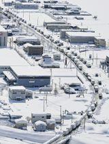 大雪に見舞われ、国道8号で立ち往生した車=2月、福井県坂井市