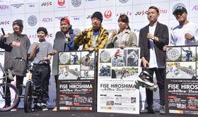 FISEに出場するブレークダンスの半井重幸(右端)、スケートボードの池田大亮(左から3人目)ら=21日、東京都渋谷区