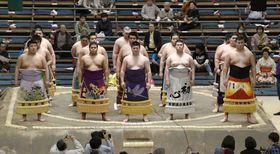 新序出世披露に臨む北の若(前列右端)ら=エディオンアリーナ大阪