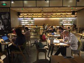 北京郊外にあるアジア最大級モール「LIVAT」内にある「言几又書店」は、北京でも最大級となる2フロア3000平方メートルもの規模を誇る。店内には皮や陶器のクラフト店も。週末は親子連れも多いが、カフェスペースは平日はまるで自由な形態で働くSOHO(仕事場兼住居)の「ワークスペース」のようだ=斎藤淳子撮影