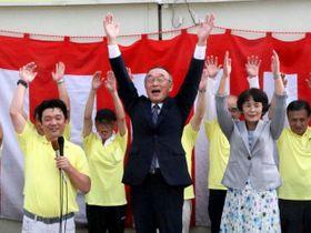 無投票で3選を果たし、支持者らと万歳する水嶋氏(中央)