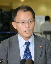 6日、米ニューアークの空港で取材に応じるICANの国際運営委員・川崎哲さん(共同)