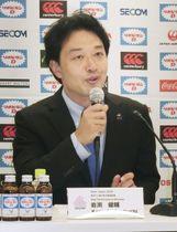 7人制男子日本代表の新ヘッドコーチ就任が決まり、記者会見する岩渕健輔氏=21日、東京都新宿区