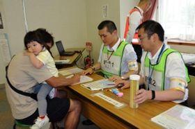 問診の後、安定ヨウ素剤を受け取る市民=西紀老人福祉センター