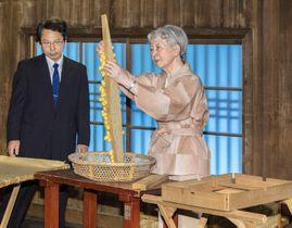 「初繭掻」の作業をされる皇后さま=28日午前、皇居・紅葉山御養蚕所(宮内庁提供)