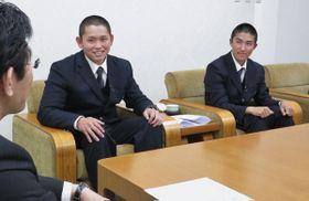 【甲子園での戦績を報告する(右から)押田選手と東選手=伊勢市役所で】