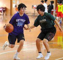 練習に汗を流す豊里凜(左)=17日、読谷高校