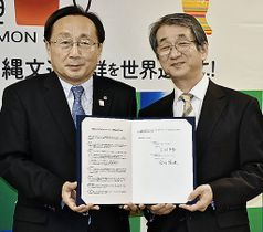 協定書に署名した三村知事(左)と合田学長