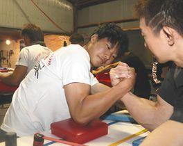ジムで実戦練習する伊藤さん=津市一志町高野の伊藤牧場で
