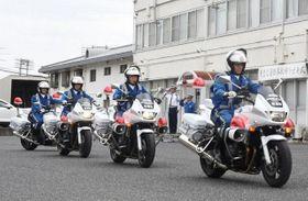 緊急事故抑止対策の出発式で、取り締まりに出動する白バイ隊員
