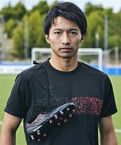 津軽塗がデザインされたTシャツを身に着けた柴崎選手=デサントジャパン提供