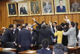 衆院内閣委でIR整備法案に激しく抵抗する野党議員ら=15日午後