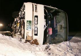 横転した観光バス=17日午後7時45分、北海道上富良野町