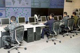 2014年3月、防衛省内に発足した「サイバー防衛隊」のサイバーオペレーションセンター(同省提供)