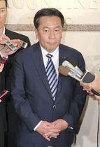 会合を終え記者団の質問に答える立憲民主党の枝野代表=16日夜、東京都内のホテル
