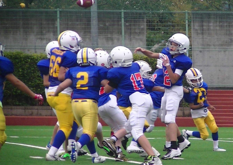 パス攻撃を展開するアメリカンスクールチーム=関東小学生アメリカンフットボール連盟