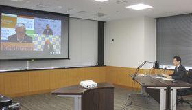 オンライン会議で経済3団体にテレワーク推進を要請する西村経済再生相(右)=11日午後、内閣府